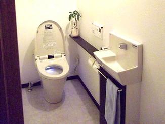 トイレリフォーム すっきりしたバランスの良い色使いのトイレ