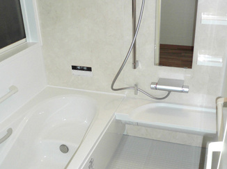 バスルームリフォーム 転倒や浴槽の高さに配慮した不安の少ない浴室