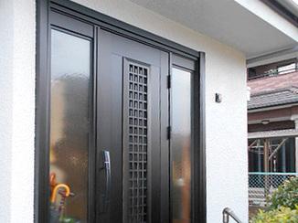 エクステリアリフォーム 外壁と相性よく、家に光を取り込む玄関ドア