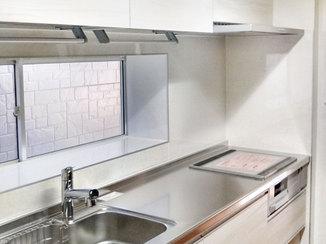 キッチンリフォーム 2種類の吊戸棚が使いやすいシステムキッチン